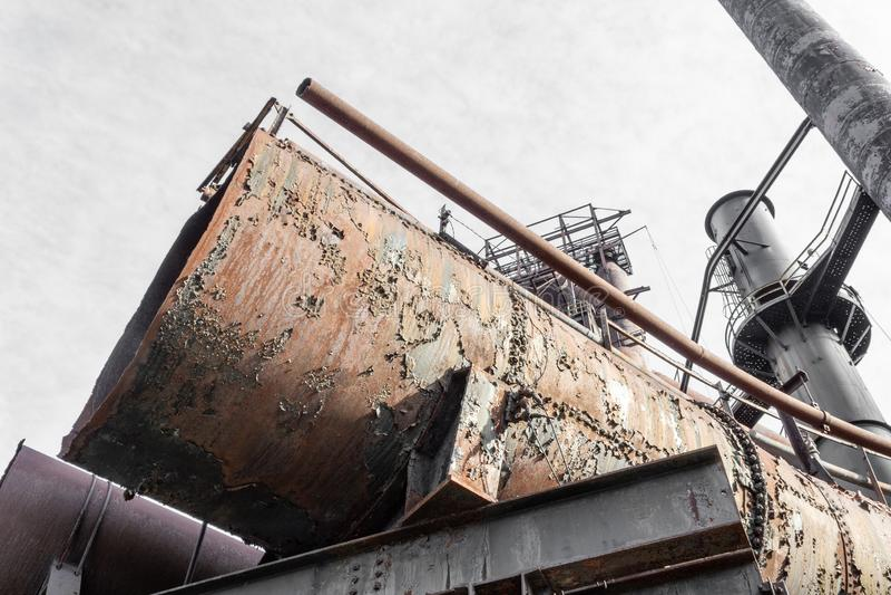 Τέλος του πολύ μεγάλου σωλήνα μετάλλων, αποσυντιθειμένος βιομηχανική περιοχή στοκ εικόνα