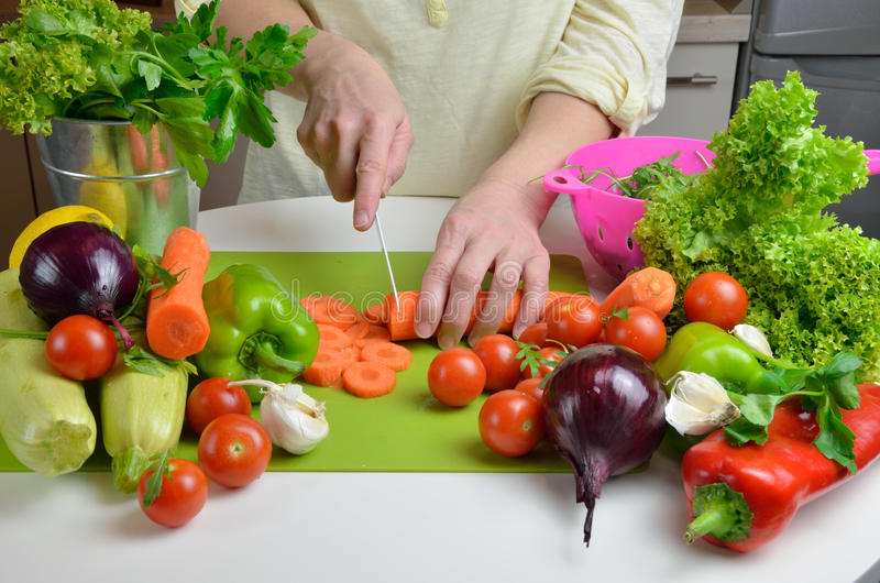 Τέμνοντα λαχανικά γυναικών στοκ φωτογραφίες