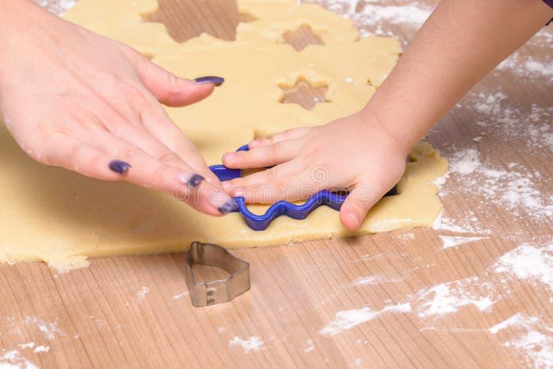 Τέμνοντα μπισκότα ψησίματος, μητέρων και κορών Χριστουγέννων - μπισκότα μαζί από τη ζύμη στοκ φωτογραφίες με δικαίωμα ελεύθερης χρήσης