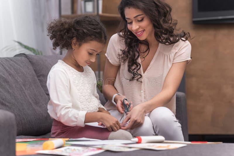 Τέμνον έγγραφο μητέρων και κορών για τη ευχετήρια κάρτα την ημέρα μητέρων στοκ φωτογραφία
