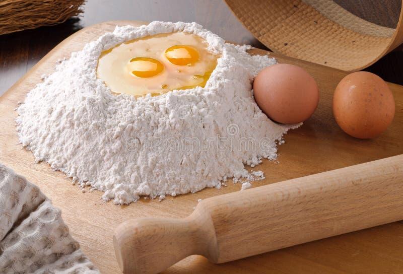 τέμνον αλεύρι αυγών χαρτονιών στοκ φωτογραφία με δικαίωμα ελεύθερης χρήσης