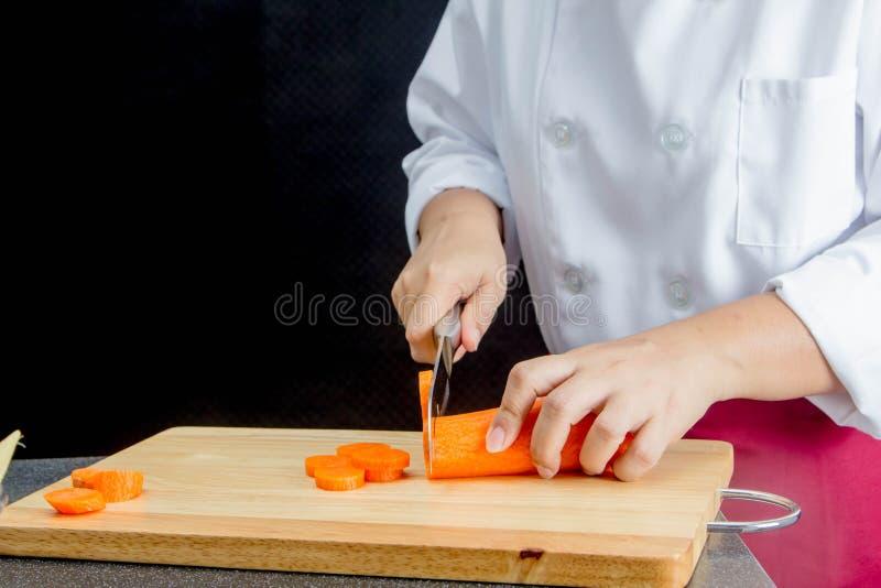 Τέμνον καρότο αρχιμαγείρων στοκ εικόνες