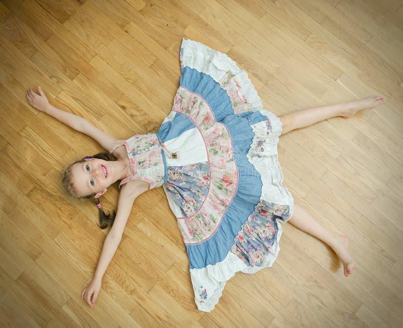 τέμνον κορίτσι πατωμάτων ανασκόπησης λίγο λευκό ψαλιδιού εγγράφου στοκ φωτογραφία με δικαίωμα ελεύθερης χρήσης