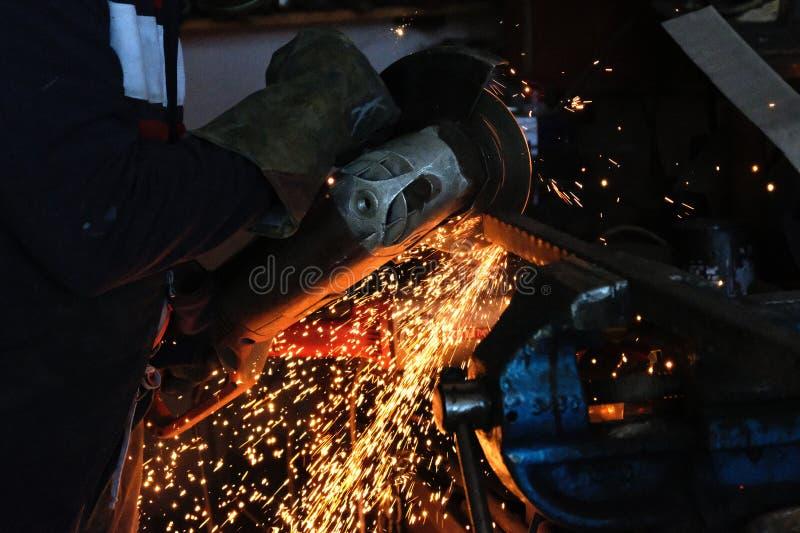 Τέμνον μέταλλο με miter το πριόνι στοκ φωτογραφία με δικαίωμα ελεύθερης χρήσης