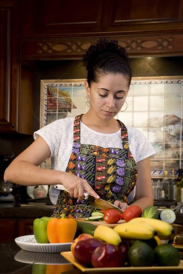 τέμνουσα γυναίκα λαχανικών στοκ φωτογραφία με δικαίωμα ελεύθερης χρήσης