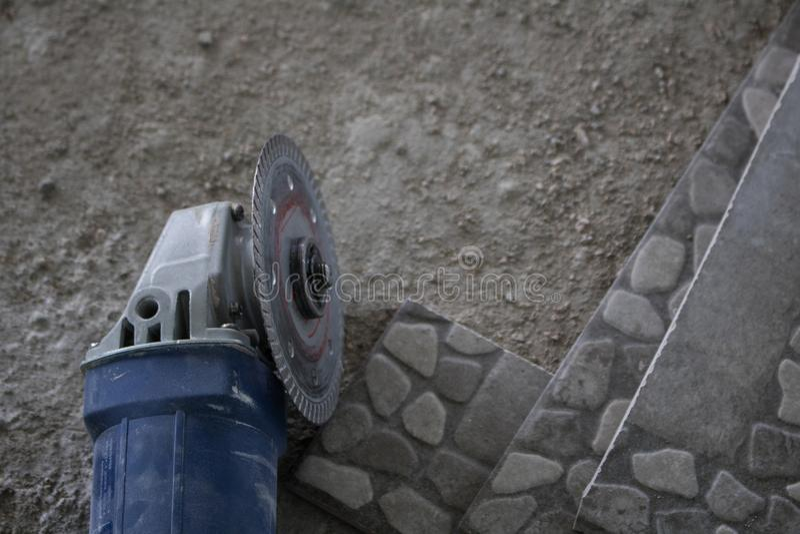 Τέμνουσα μηχανή για την κατασκευή στο πάτωμα στοκ εικόνες