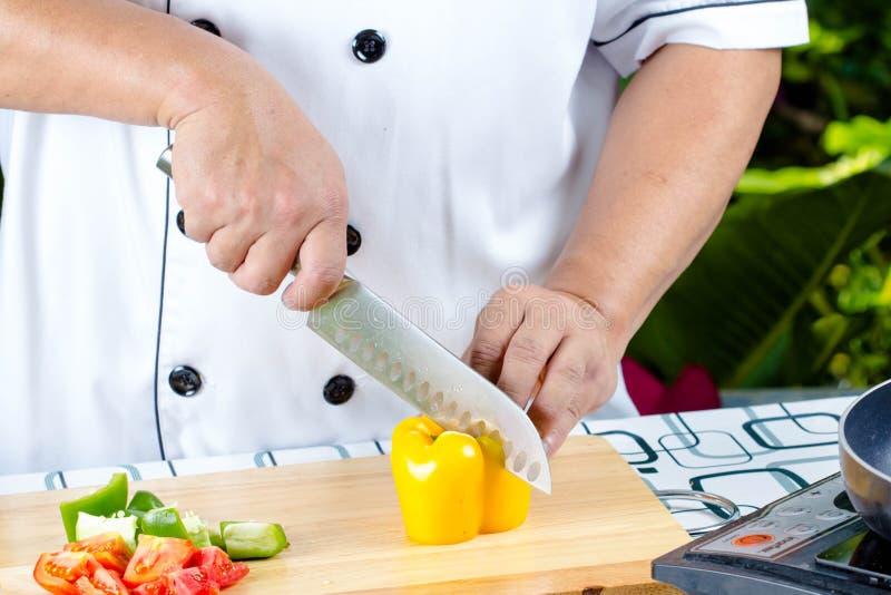 Τέμνουσα ντομάτα αρχιμαγείρων στοκ φωτογραφία με δικαίωμα ελεύθερης χρήσης