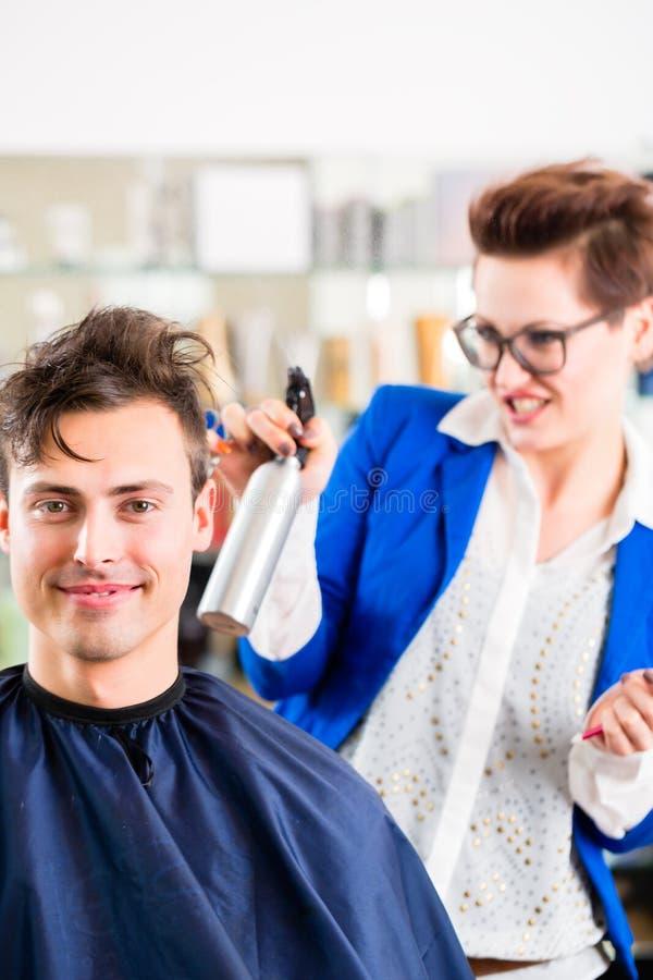 Τέμνουσα τρίχα ατόμων κομμωτών στο barbershop στοκ φωτογραφία με δικαίωμα ελεύθερης χρήσης
