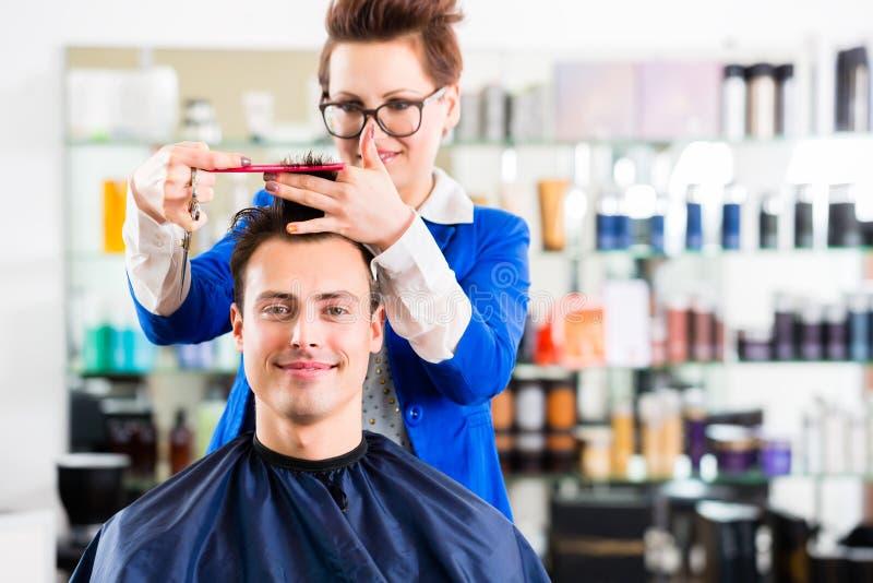 Τέμνουσα τρίχα ατόμων κομμωτών στο barbershop στοκ φωτογραφίες με δικαίωμα ελεύθερης χρήσης