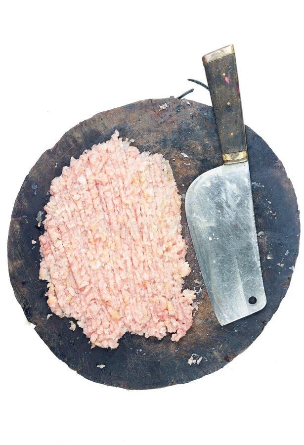 Τέμνων μπαλτάς μπριζολών χοιρινού κρέατος πινάκων στοκ φωτογραφία