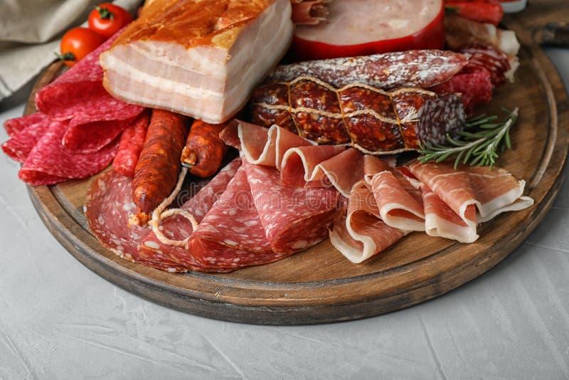 Τέμνων πίνακας με τις διαφορετικές λιχουδιές κρέατος στον πίνακα στοκ εικόνα με δικαίωμα ελεύθερης χρήσης