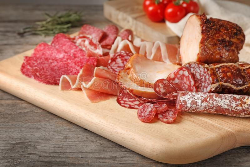 Τέμνων πίνακας με τις διαφορετικές λιχουδιές κρέατος στον πίνακα στοκ εικόνες
