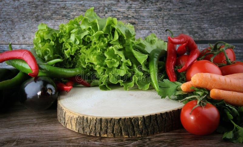 Τέμνων πίνακας τροφίμων και φρέσκος όλο το λαχανικό στοκ εικόνες με δικαίωμα ελεύθερης χρήσης