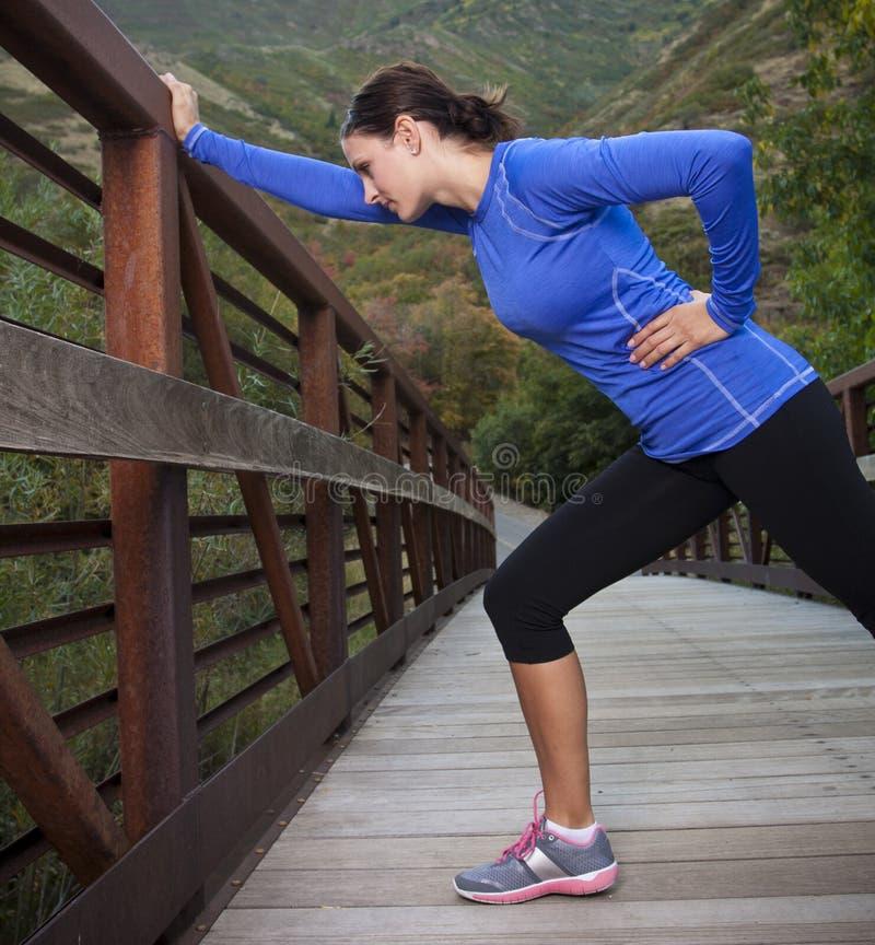 Τέντωμα γυναικών πριν από ένα workout στοκ εικόνες