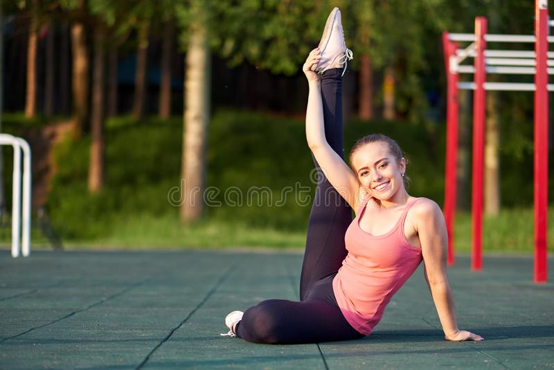 Τέντωμα danser ή gymnast κατάρτιση γυναικών στο χώρο αθλήσεων workout στοκ εικόνες με δικαίωμα ελεύθερης χρήσης
