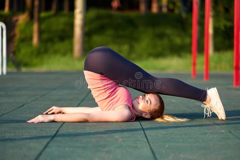 Τέντωμα danser ή gymnast κατάρτιση γυναικών στο χώρο αθλήσεων workout στοκ εικόνες
