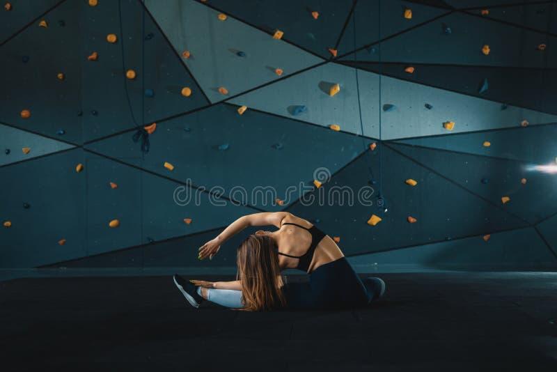 Τέντωμα gymnast του κοριτσιού που κάνει την κάθετη διάσπαση, σπάγγος στοκ φωτογραφία