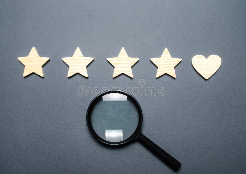 Τέσσερα αστέρια και μια καρδιά αντί του πέμπτου και μιας ενίσχυσης - γυαλί Η έννοια της επιλογής πελατών Αναζήτηση Γενική αναγνώρ στοκ φωτογραφίες με δικαίωμα ελεύθερης χρήσης