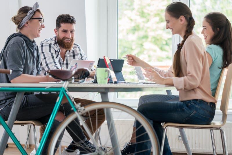 Τέσσερα ικανά freelancers και ανεξάρτητη ομο-εργασία αναδόχων στοκ φωτογραφία με δικαίωμα ελεύθερης χρήσης