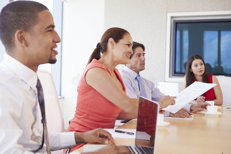 Τέσσερα ισπανικό Businesspeople που διοργανώνουν τη συνεδρίαση στην αίθουσα συνεδριάσεων στοκ εικόνες με δικαίωμα ελεύθερης χρήσης