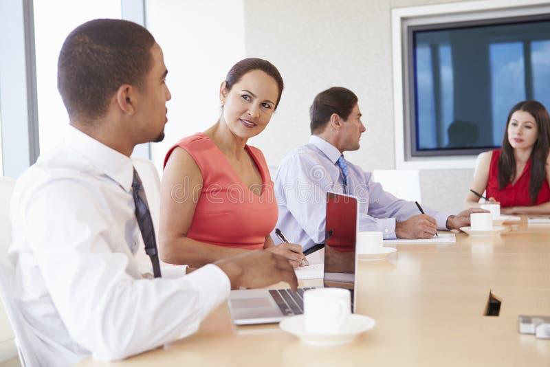 Τέσσερα ισπανικό Businesspeople που διοργανώνουν τη συνεδρίαση στην αίθουσα συνεδριάσεων στοκ φωτογραφίες