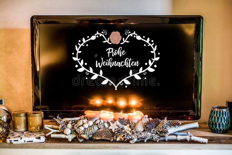 Τέσσερα καίγοντας κεριά εμφάνισης, όμορφη διακοσμημένη ελαφριά TV οργάνωσης στο υπόβαθρο textspace που λέει τη Χαρούμενα Χριστούγ στοκ φωτογραφία με δικαίωμα ελεύθερης χρήσης