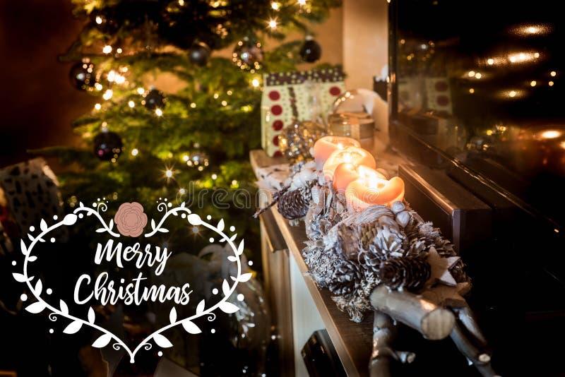 Τέσσερα καίγοντας κεριά εμφάνισης, όμορφη διακοσμημένη Χαρούμενα Χριστούγεννα δώρων χριστουγεννιάτικων δέντρων υποβάθρου φω'των ο στοκ εικόνες