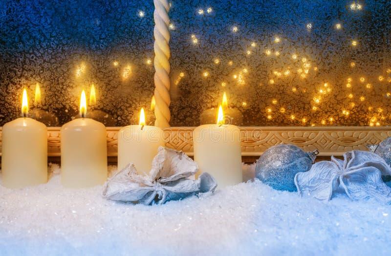 Τέσσερα κεριά στο παράθυρο στοκ φωτογραφία με δικαίωμα ελεύθερης χρήσης
