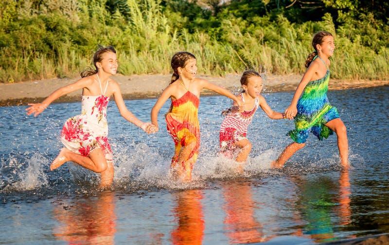 Τέσσερα μικρά κορίτσια που έχουν τη διασκέδαση στο νερό στο bojana της Ada, Montene στοκ φωτογραφίες με δικαίωμα ελεύθερης χρήσης