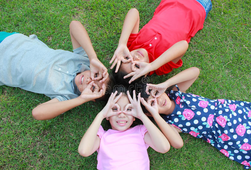 Τέσσερα παιδιά που έχουν τη διασκέδαση στο πάρκο στοκ φωτογραφία
