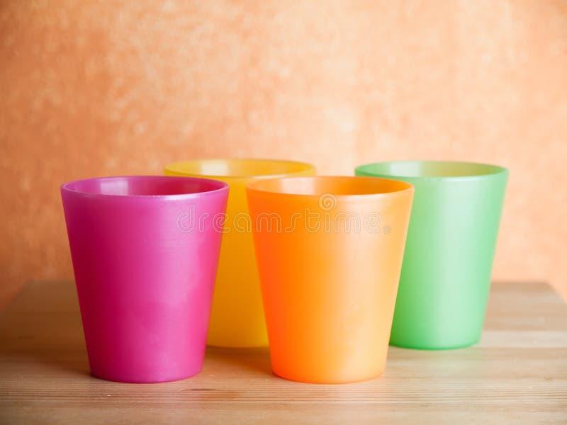 Τέσσερα πλαστικά φλυτζάνια στοκ εικόνα