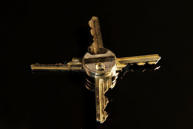 Τέσσερα χρυσά και ασημένια κλειδιά στις παγκόσμιες περιοχές σημαδιών στοκ φωτογραφία με δικαίωμα ελεύθερης χρήσης