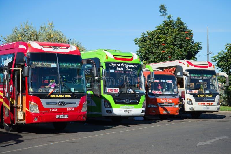 Τέσσερα intercity λεωφορεία στο χώρο στάθμευσης του intercity τερματικού μεταφορών Βιετνάμ, Dalat στοκ εικόνα