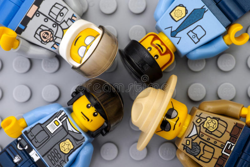 Τέσσερα minifigures αστυνομικών Lego γκρίζο baseplate στοκ φωτογραφία με δικαίωμα ελεύθερης χρήσης