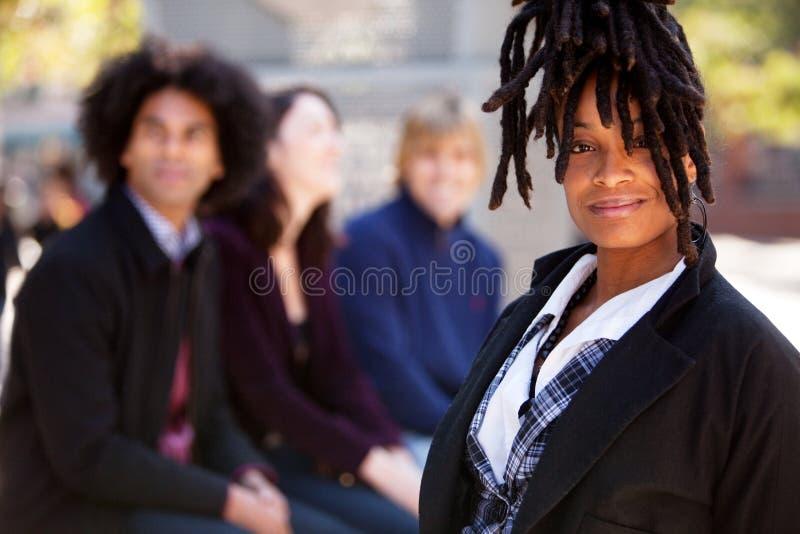 Τέσσερις άνθρωποι με μια γυναίκα ως σημείο εστίασης στοκ εικόνες