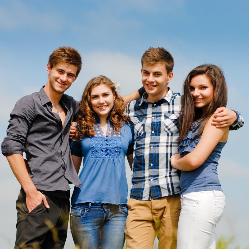 Τέσσερις ευτυχείς εφηβικοί φίλοι υπαίθρια στοκ φωτογραφίες με δικαίωμα ελεύθερης χρήσης