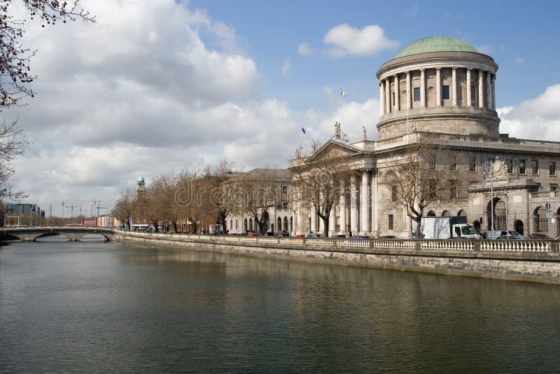 Τέσσερις δικαστήρια και ποταμός Liffey στο Δουβλίνο στοκ εικόνα με δικαίωμα ελεύθερης χρήσης