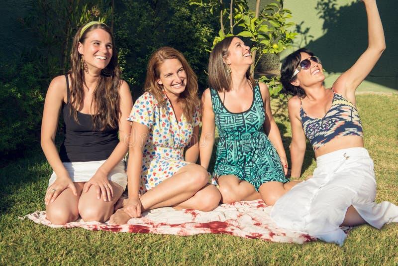 Τέσσερις καλύτεροι φίλοι κοριτσιών στον κήπο στοκ εικόνες