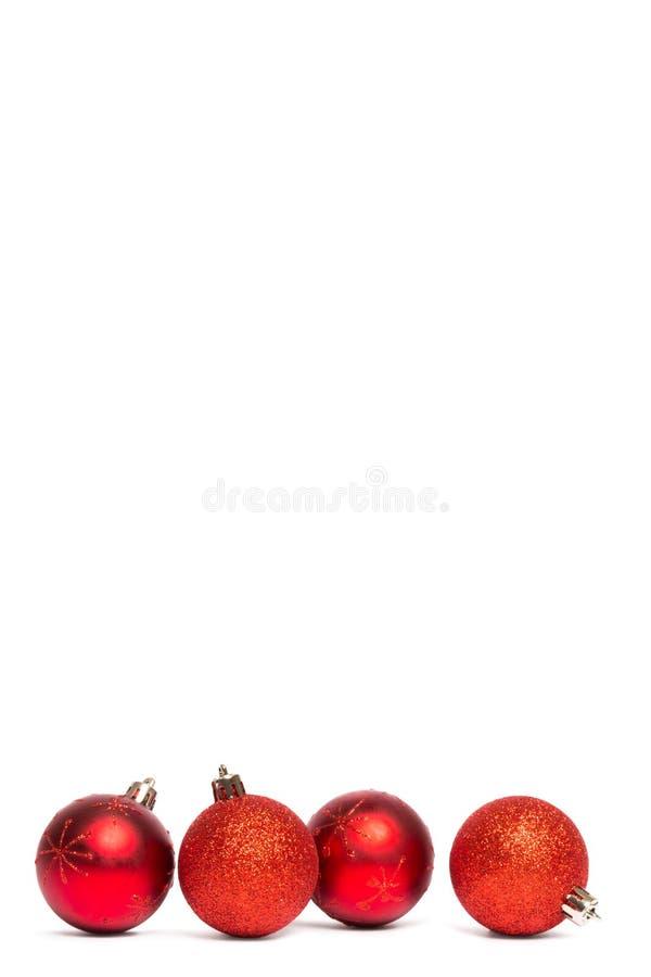 Τέσσερις κόκκινες διακοσμήσεις σφαιρών Χριστουγέννων στοκ εικόνα με δικαίωμα ελεύθερης χρήσης