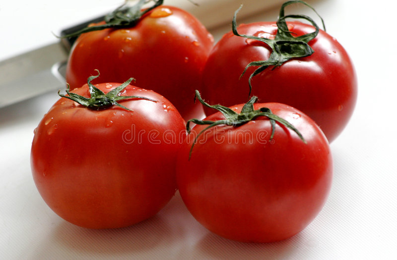 Download τέσσερις κόκκινες ντομάτες στοκ εικόνες. εικόνα από κόκκινος - 94572