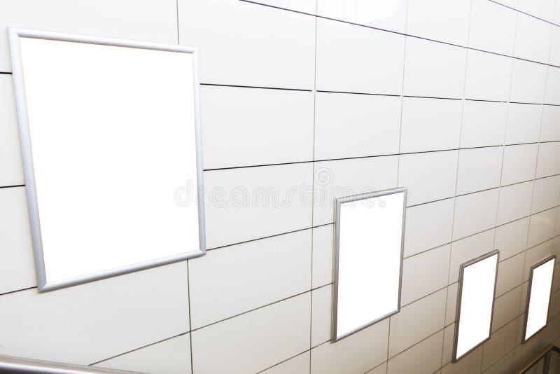 Τέσσερις μεγάλος κενός πίνακας διαφημίσεων προσανατολισμού κατακορύφου/πορτρέτου με το υπόβαθρο σκαλοπατιών στοκ εικόνες με δικαίωμα ελεύθερης χρήσης