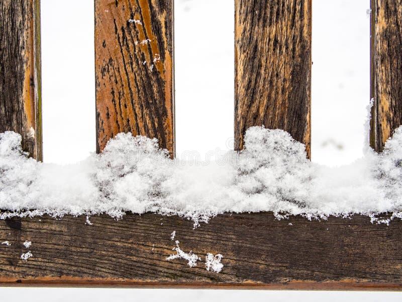 Τέσσερις ξύλινες βαθμίδες ή spokes καλυμμένος με το χιόνι στοκ εικόνες