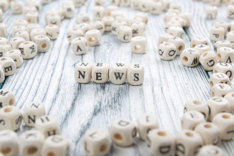 Τέσσερις ξύλινοι φραγμοί με τις ειδήσεις λέξης γραπτές επάνω στοκ εικόνα