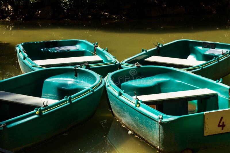 Τέσσερις πράσινες βάρκες σε μια λίμνη στοκ εικόνα με δικαίωμα ελεύθερης χρήσης