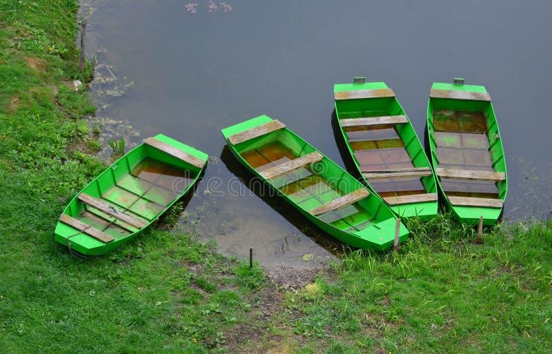 Τέσσερις πράσινες βάρκες στοκ φωτογραφίες