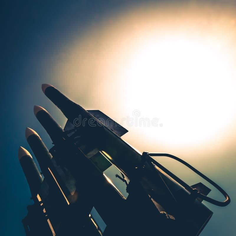 Τέσσερις πύραυλοι του αντιαεροπορικού πυραυλικού συστήματος κατευθύνονται προς τα πάνω σε ένα κλίμα του φωτεινού ήλιου στοκ εικόνα με δικαίωμα ελεύθερης χρήσης