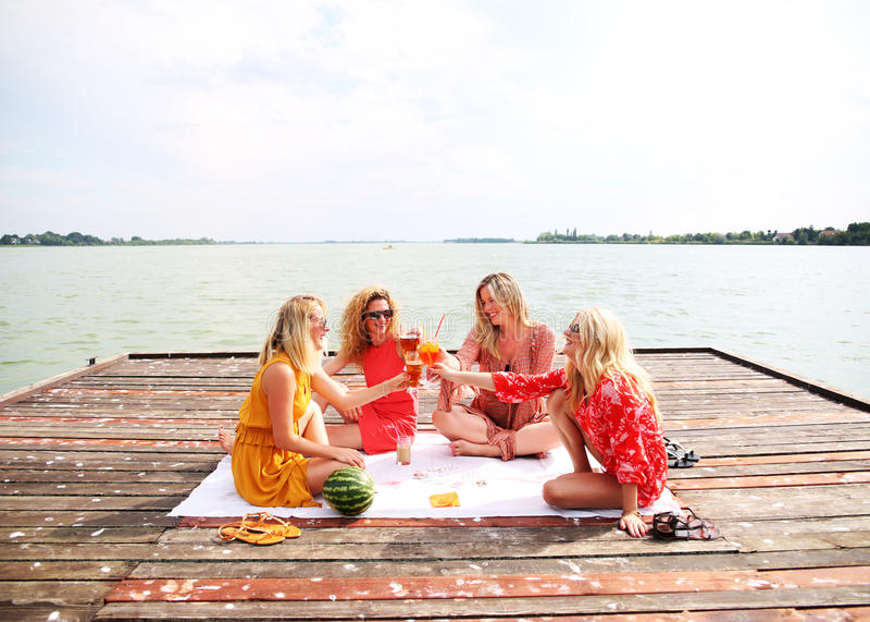 Τέσσερις φίλοι κοριτσιών που γελούν και που έχουν τη διασκέδαση στοκ φωτογραφία με δικαίωμα ελεύθερης χρήσης
