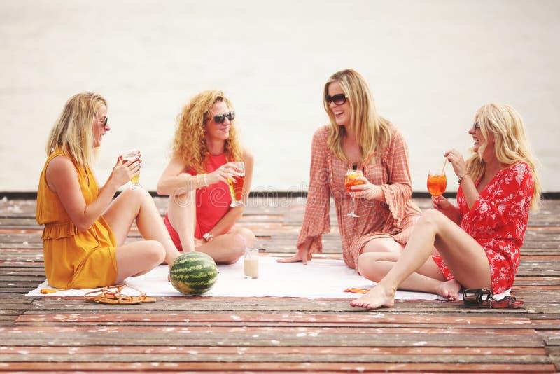 Τέσσερις φίλοι κοριτσιών που γελούν και που έχουν τη διασκέδαση στοκ φωτογραφίες με δικαίωμα ελεύθερης χρήσης