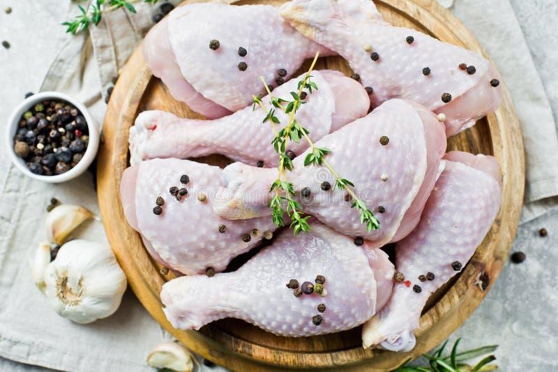 Τέταρτα ποδιών κοτόπουλου Συστατικά για το μαγείρεμα: δεντρολίβανο, θυμάρι, σκόρδο, πιπέρι Γκρίζο υπόβαθρο, τοπ άποψη στοκ εικόνα