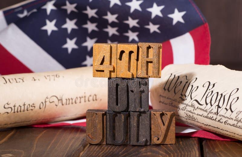 Τέταρτο του εμβλήματος Ιουλίου με τη αμερικανική σημαία και το ιστορικό έγγραφο στοκ φωτογραφία με δικαίωμα ελεύθερης χρήσης